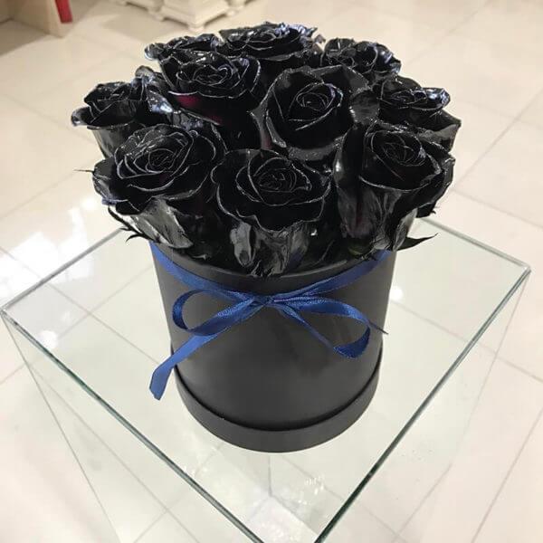 розы в черных коробках